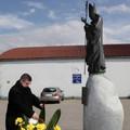 Obejrzyj galerię: Kwiaty pod pomnikiem i tablicą Jana Pawła II