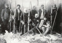 Zaruski (po lewej) z narciarzami ZON TT, archiwum Muzeum Tatrzańskiego