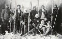 Mariusz Zaruski (po lewej) z narciarzami ZON TT