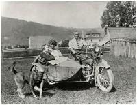 Oppenheim na Harleyu Dawidsonie i pies Rolf