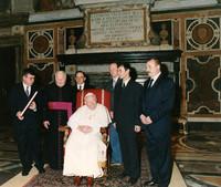Delegacja z Nowego Targu m.in. z dyrektorem I LO im. Seweryna Goszczyńskiego Franciszkiem Janczym (drugi od prawej) w 2000 r. u Ojca Świętego. Fot. Fotografia Felici