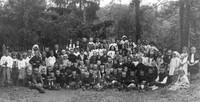 Fot - W ogrodzie za szkołą, wśród uczniów, nauczyciele: ks. proboszcz Augustyn Sinka, NN, Maria Roszkowa, kierownik Władysław Roszek, Stefania Pomazańska, NN