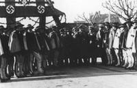 12 listopada 1939 - wizyta Hansa Franka w Zakopanem. Na zdjęciu Niemcy i górale.