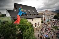 Lukas Irmler przechodzi highline nad Krupówkami